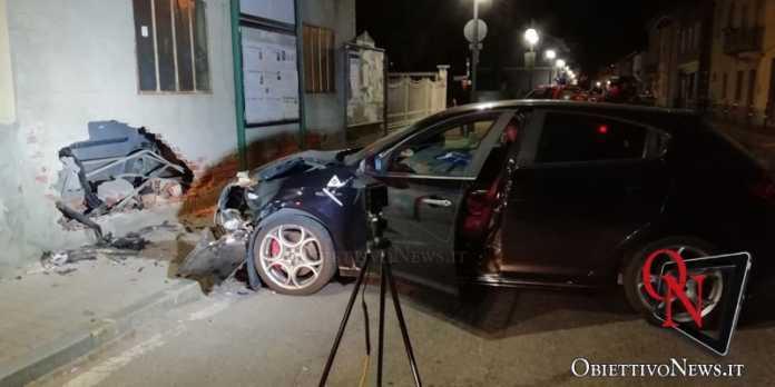 Bosconero auto contro muro