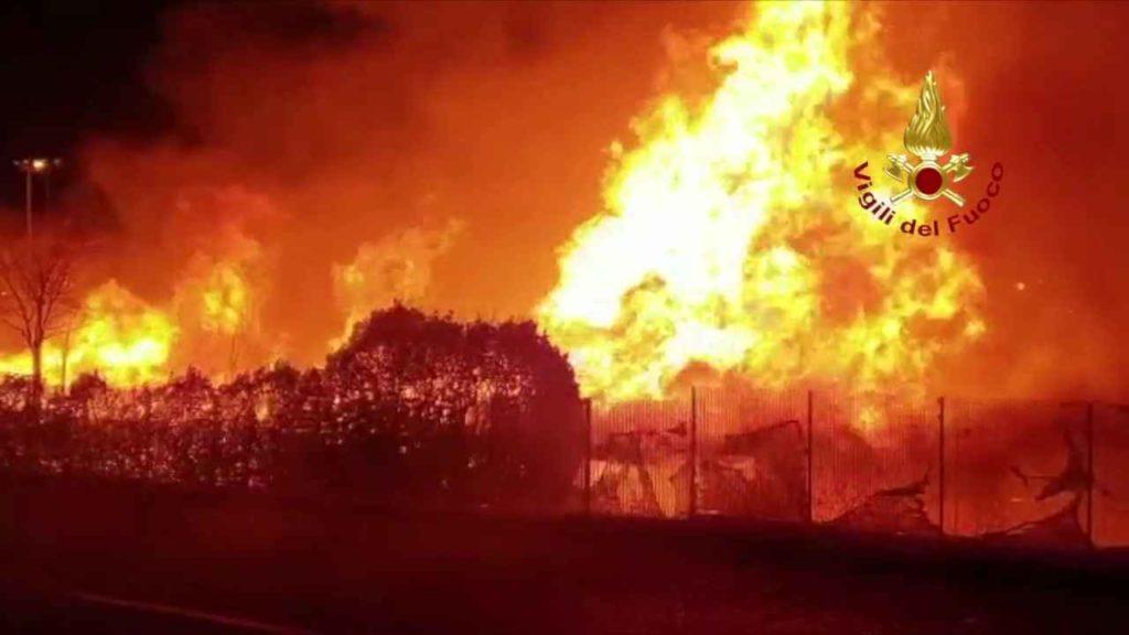 Grugliasco Incendio catasta di legna 1