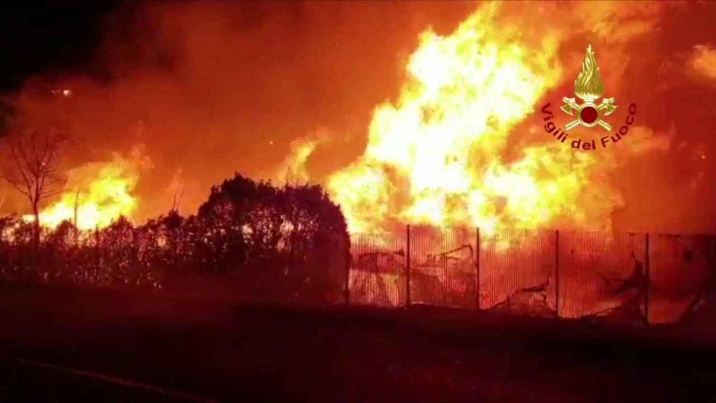 Grugliasco Incendio catasta di legna 2