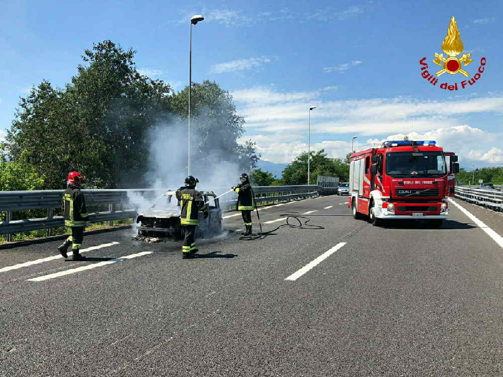 caselle auto in fiamme superstrada
